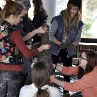 Warsztaty z Teresą Murak 29.10.2012 roku w galerii szkolnej ZSP w Lublinie. Grupa uczennic rzeźbi w glinie. Kliknięcie w miniaturkę obrazka spowoduje wyświetlenie powiększonego zdjęcia.