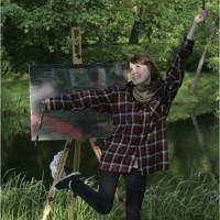 Uczennica ZSP w Lublinie w radosnym podskoku przed pracą malarską umieszoną na sztaludze w czasie pleneru z rysunku i malarstwa. Kliknięcie w miniaturkę obrazka spowoduje wyświetlenie powiększonego zdjęcia.
