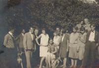 Wolna Szkoła Malarstwa i Rysunku w Lublinie 1927-30. Nauczyciele i uczniowie (grupa krakowsko-lubelska) na plenerze. Dyr Ludwika Mehofferowa (pierwszy rząd, czwarta z prawej). Kliknięcie w miniaturkę obrazka spowoduje wyświetlenie powiększonego zdjęcia.