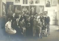 Wolna Szkoła Malarstwa i Rysunku w Lublinie 1927-30. Nauczyciele i uczniowie na tle prac z malarstwa i rysunku. Dyr Ludwika Mehofferowa (na dole siedzi, piąta z lewej); Adam Zajączkowski (na dole siedzi, szósty z lewej); Janina Miłosiowa (na górze stoi, czwarta z lewej). Kliknięcie w miniaturkę obrazka spowoduje wyświetlenie powiększonego zdjęcia.