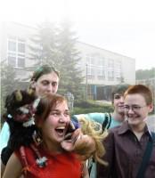 Czterech uczniów ZSP w Lublinie na tle budynku swojej szkoły 2004. Kliknięcie w miniaturkę obrazka spowoduje wyświetlenie powiększonego zdjęcia.