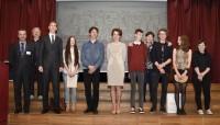 Nagrodzeni uczniowie oraz od lewej: dyr Krzysztof Dąbek, Mariusz Drzewiński, Jolanta Jarosińska, Alicja Kuśmierczyk
