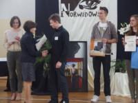 Mateusz Dzieciuch odbiera gratulacje i nagrodę