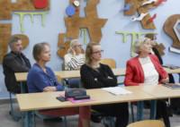 Nauczyciele siedzą przy stolikach w sali lekcyjnej ZSP w Lublinie. W pierwszym rzędzie od dołu: Izabela Matyaszewska, Monika Anudu, Teresa Dąbek. W drugim rzędzie od dołu: dyr. Krzysztof Dąbek, Joanna Kozłowska oraz uczennica. Na ścianie okazale dekoracje. Kliknięcie w miniaturkę obrazka spowoduje wyświetlenie powiększonego zdjęcia.