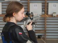 Patrycja Lipczyńska strzela z broni na zawodach. Kliknięcie w miniaturkę obrazka spowoduje wyświetlenie powiększonego zdjęcia.