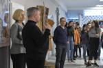 Dyrektorzy, bibliotekarz i uczniowie stoją. Dyr Krzysztof Dąbek mówi do uczniów. Kliknięcie w miniaturkę obrazka spowoduje wyświetlenie powiększonego zdjęcia.
