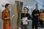 Jolanta Jarosińska gratuluje uczennicy wygranej. Zdzisław Kwiatkowski klaszcze w dłonie. Kliknięcie w miniaturkę obrazka spowoduje wyświetlenie powiększonego zdjęcia.