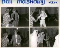 Uczniowie w przebraniach podczas balu maskowego 15.01.1977 r. w PLSP przy ulicy Grodzkiej 32/34 na Starym Mieście. Kliknięcie w miniaturkę obrazka spowoduje wyświetlenie powiększonego zdjęcia.