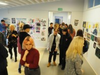 Ludzie oglądają prace na wystawie, na której m.in. są Julia. Milczarek, Weronika Chojnacka i Natalia Kowalczyk. Kliknięcie w miniaturkę obrazka spowoduje wyświetlenie powiększonego zdjęcia.
