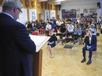 Dyr Krzysztof Dąbek przemawia przy mównicy na scenie auli szkolnej. Kliknięcie w miniaturkę obrazka spowoduje wyświetlenie powiększonego zdjęcia.