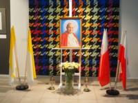 W dolnym holu ZSP w Lublinie obraz Jan Paweł II umieszczony na sztalugach malarskich na tle pracy z tkaniny artystycznej. Pod nim kwiaty biało i żółte w wazonie, a po jego lewej i prawej stronie - znicze. Po prawej stronie flagi Polski biało-czerwone. Po lewej stronie flagi papieskie zółto-białe. Kliknięcie w miniaturkę obrazka spowoduje wyświetlenie powiększonego zdjęcia.