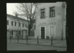 Fotografia czarno-biała Marcina Sudzińskiego ukazująca fasade lubelskiego zakładu fotograficznego. Kliknięcie w miniaturkę obrazka spowoduje wyświetlenie powiększonego zdjęcia.