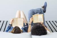 Dziewcczyna i chłopiec czytają książki leżąc na łóżku. Kliknięcie w miniaturkę obrazka spowoduje wyświetlenie powiększonego zdjęcia.