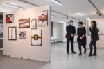 Agnieszka Wójtowicz i dyr Krzysztof Dąbek i kobieta (rozmawiają) na tle obrazów w galerii. Kliknięcie w miniaturkę obrazka spowoduje wyświetlenie powiększonego zdjęcia.