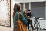 Anna Świerbutowicz-Kawalec i Agnieszka Wójtowicz korzystają z laptopa. Kliknięcie w miniaturkę obrazka spowoduje wyświetlenie powiększonego zdjęcia.