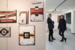 Dyr Krzysztof Dąbek i kobieta (rozmawiają) na tle obrazów w galerii. Kliknięcie w miniaturkę obrazka spowoduje wyświetlenie powiększonego zdjęcia.