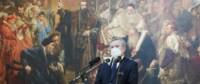 """Prof. Piotr Gliński przemawia stojąc na tle obrazu Jana Matejki """"Unia lubelska"""" w Muzeum Narodowym w Lublinie. Kliknięcie w miniaturkę obrazka spowoduje wyświetlenie powiększonego zdjęcia."""