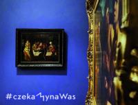 Obraz malarki zawieszony na niebieskiej ścianie. Kliknięcie w miniaturkę obrazka spowoduje wyświetlenie powiększonego zdjęcia.