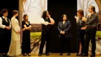 Siedmiu uczniów występuje w spektaklu teatralnym na scenie auli ZSP w Lublinnie. Noszą współczesne ubrania. Odgrywają swoje role. Jest też scenografia - architektura miasta we Włoszech, Padwa. Kliknięcie w miniaturkę obrazka spowoduje wyświetlenie powiększonego zdjęcia.