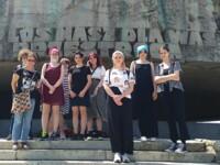 Uczniowie z klasy 2a na tle pomnika w muzeum na Majdanku. Kliknięcie w miniaturkę obrazka spowoduje wyświetlenie powiększonego zdjęcia.