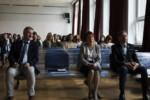 Uczniowie i dyrekcja szkoły siedzą na krzesłach w auli szkolnej na spotkaniu. W pierwszym rzędzie od lewej: Dyr Krzysztof Dąbek, wicedyr Alina Tkaczyk, wicedyr Andrzej Mazuś. Kliknięcie w obrazek spowoduje przejście do artykułu.