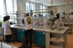 Uczniowie w laboratorium