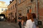 Grupa uczniów na Starym Mieście Kliknięcie w Lublinie, koło Bramy Grodzkiej. w miniaturkę obrazka spowoduje wyświetlenie powiększonego zdjęcia.