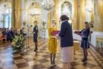 E. Kołodziej odbiera gratulacje i dyplom od urzędniczki MKiDN w Sali Balowej. Kliknięcie spowoduje wyświetlenie powiększonego zdjęcia.