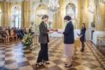 A. Myszkowiak odbiera gratulacje i dyplom od urzędniczki MKiDN w Sali Balowej. Kliknięcie spowoduje wyświetlenie powiększonego zdjęcia.