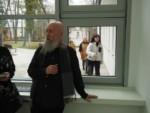 Starszy mężczyzna z brodą w oknie. Kliknięcie w miniaturkę obrazka spowoduje wyświetlenie powiększonego zdjęcia.