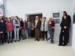 Ludzie w galerii stoją, w większości młodzież, m.in. Julia. Milczarek, Weronika Chojnacka i Natalia Kowalczyk. Kliknięcie w miniaturkę obrazka spowoduje wyświetlenie powiększonego zdjęcia.