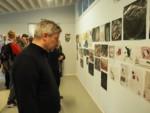 Dyr Krzysztof Dąbek i młodzież oglądają wystawę. Kliknięcie w miniaturkę obrazka spowoduje wyświetlenie powiększonego zdjęcia.