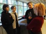 Dyr Krzysztof Dąbek rozmawia z uczennicami: Julia. Milczarek, Weronika Chojnacka i Natalia Kowalczyk. Kliknięcie w miniaturkę obrazka spowoduje wyświetlenie powiększonego zdjęcia.