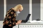Anna Świerbutowicz-Kawalec korzysta z laptopa. Kliknięcie w miniaturkę obrazka spowoduje wyświetlenie powiększonego zdjęcia.