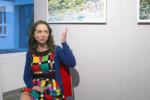 Dorota Jurkowska mówi siedząc na krześle w galerii. Kliknięcie w miniaturkę obrazka spowoduje wyświetlenie powiększonego zdjęcia.