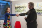 Dorota Jurkowska przyjmuje od dyr Krzysztofa Dąbka gratulacje. Kliknięcie w miniaturkę obrazka spowoduje wyświetlenie powiększonego zdjęcia.