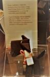 Gryps więzienny z pieskiem z materiału w muzeum na Majdanku. Kliknięcie w miniaturkę obrazka spowoduje wyświetlenie powiększonego zdjęcia.