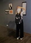 Dziewczyna czytająca teblicę w muzeum na Majdanku. Kliknięcie w miniaturkę obrazka spowoduje wyświetlenie powiększonego zdjęcia.
