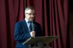 Dyr Krzysztof Dąbek przemawia w auli szkolnej. Kliknięcie w miniaturkę obrazka spowoduje wyświetlenie powiększonego zdjęcia.