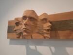 Trzy zrośnięte ze sobą twarze podobne do masek. Kliknięcie w miniaturkę obrazka spowoduje wyświetlenie powiększonego zdjęcia.